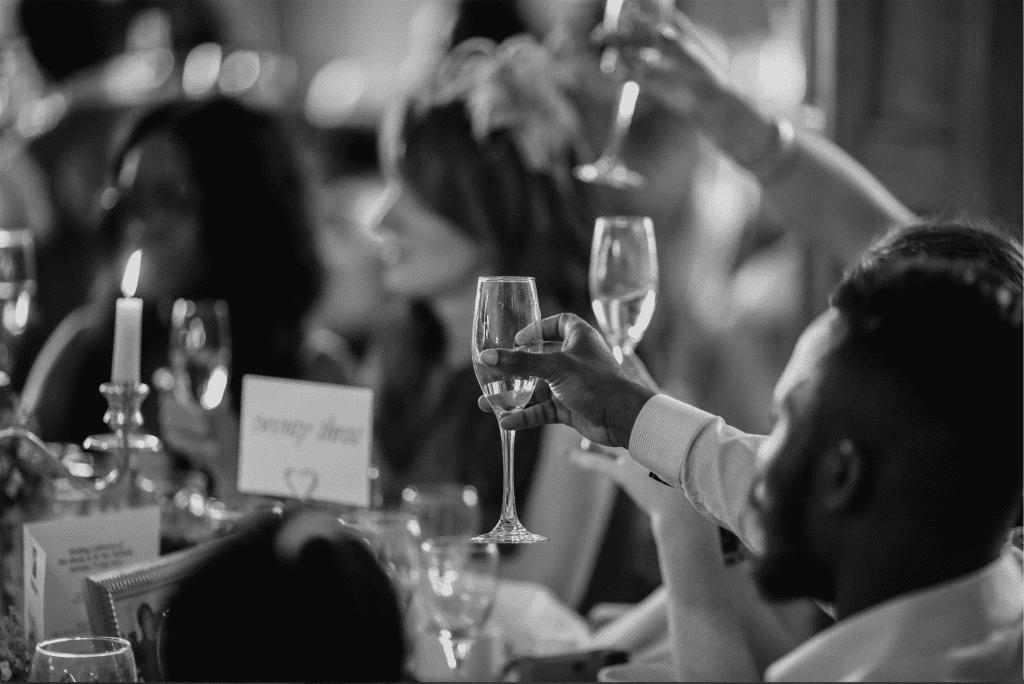 Gæster der drikker champagne